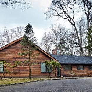 Modelo de fachada escandinava, de una planta, con tejado a dos aguas y revestimiento de madera