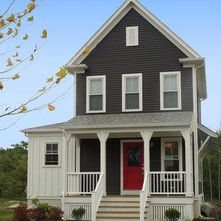 Ispirazione per la facciata di una casa country con rivestimento in legno e tetto a capanna
