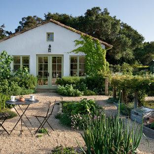 На фото: одноэтажный, белый дом среднего размера в средиземноморском стиле с облицовкой из самана
