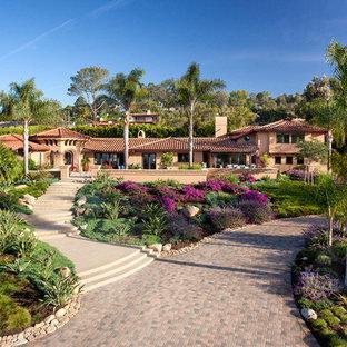 Mittelgroßes, Zweistöckiges, Beigefarbenes Mediterranes Haus mit Putzfassade und Walmdach in Santa Barbara