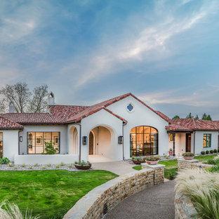 Réalisation d'une grand façade de maison blanche sud-ouest américain à un étage avec un revêtement en stuc.