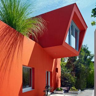 Modern inredning av ett oranget hus, med två våningar
