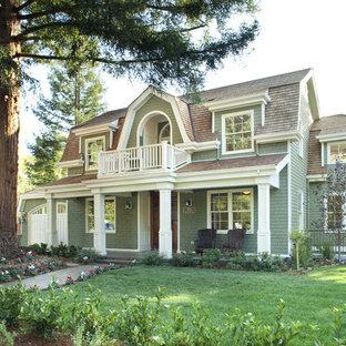 Immagine della facciata di una casa vittoriana a due piani di medie dimensioni con rivestimento in legno e tetto a mansarda