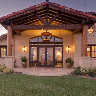 Пример оригинального дизайна: большой, одноэтажный, бежевый дом с облицовкой из цементной штукатурки