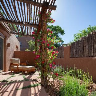 Großes, Einstöckiges, Braunes Mediterranes Haus mit Lehmfassade und Flachdach in Albuquerque