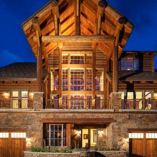 Drei- oder mehrstöckiges Uriges Haus mit Holzfassade und Satteldach in Sonstige