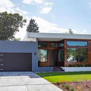Esempio della facciata di una casa unifamiliare piccola multicolore contemporanea a un piano con tetto piano e rivestimenti misti