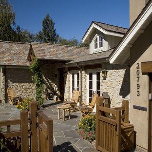 Ispirazione per la facciata di una casa classica con rivestimento in pietra