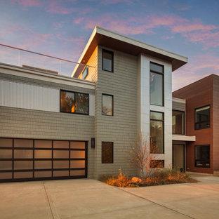Идея дизайна: большой, трехэтажный, серый частный загородный дом в современном стиле с комбинированной облицовкой и плоской крышей