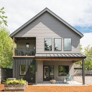 Diseño de fachada de casa multicolor, clásica renovada, pequeña, de dos plantas, con revestimientos combinados, tejado a dos aguas y tejado de metal