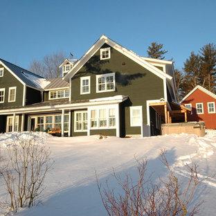 Ejemplo de fachada de casa verde, de estilo de casa de campo, grande, de dos plantas, con revestimientos combinados, tejado a dos aguas y tejado de metal