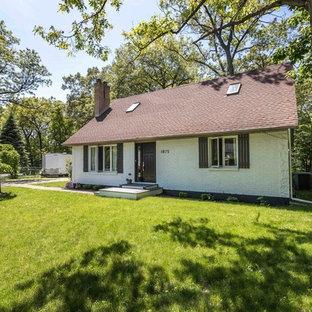 Foto de fachada de casa blanca, escandinava, pequeña, de dos plantas, con revestimiento de ladrillo, tejado a dos aguas y tejado de teja de madera