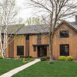 ミルウォーキーのコンテンポラリースタイルのおしゃれな家の外観 (木材サイディング、茶色い外壁、切妻屋根) の写真