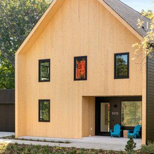Foto på ett mellanstort minimalistiskt beige hus, med två våningar, blandad fasad och tak i shingel