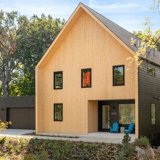 ミネアポリスの中くらいの北欧スタイルのおしゃれな家の外観 (混合材サイディング、ベージュの外壁、グレーの屋根) の写真