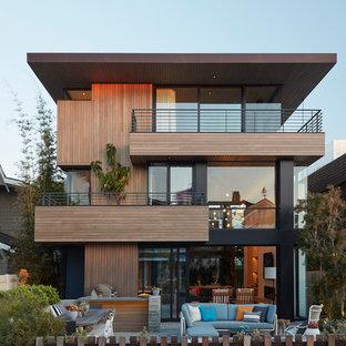 Inredning av ett modernt brunt hus, med tre eller fler plan och platt tak