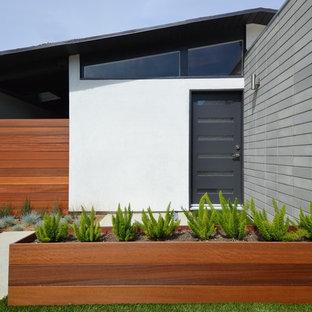 Свежая идея для дизайна: одноэтажный фасад дома среднего размера белого цвета в стиле ретро с облицовкой из дерева - отличное фото интерьера