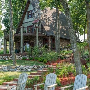 他の地域の中くらいのトラディショナルスタイルのおしゃれな家の外観 (混合材サイディング、緑の外壁) の写真