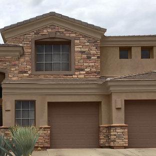 Пример оригинального дизайна: большой, двухэтажный, коричневый частный загородный дом с комбинированной облицовкой, вальмовой крышей и крышей из гибкой черепицы