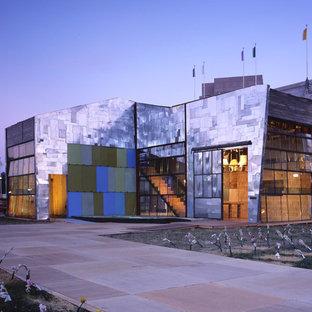 Foto della facciata di una casa industriale con rivestimento in metallo