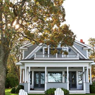 Inspiration pour une façade de maison grise marine à un étage avec un toit à deux pans.