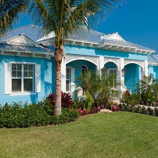 Foto della facciata di una casa blu tropicale a un piano