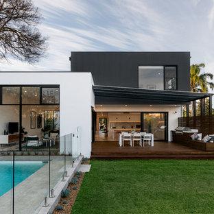 Modelo de fachada de casa pareada multicolor, contemporánea, de dos plantas, con revestimiento de aglomerado de cemento, tejado plano y tejado de metal