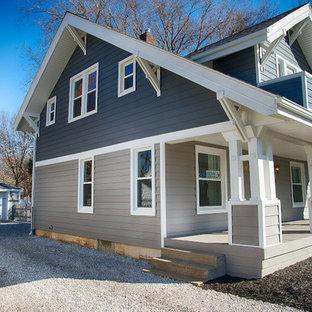 Inspiration för ett litet amerikanskt grått hus, med två våningar, vinylfasad och sadeltak