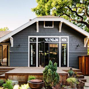 Idee per la facciata di una casa grigia american style a un piano con falda a timpano