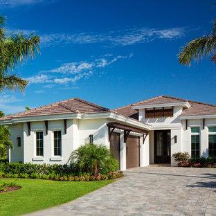 Esempio della villa bianca tropicale a un piano di medie dimensioni con copertura in tegole e tetto a padiglione