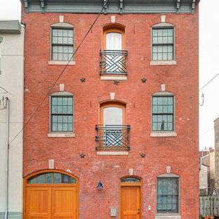 Свежая идея для дизайна: большой, трехэтажный, кирпичный, красный дом в стиле лофт с плоской крышей - отличное фото интерьера