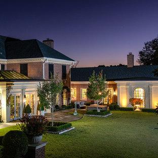 Modelo de fachada de casa roja, clásica, extra grande, de tres plantas, con revestimiento de ladrillo, tejado de teja de madera y tejado a cuatro aguas