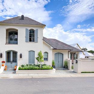 Modelo de fachada de casa blanca, costera, grande, de dos plantas, con revestimiento de ladrillo, tejado a cuatro aguas y tejado de teja de madera