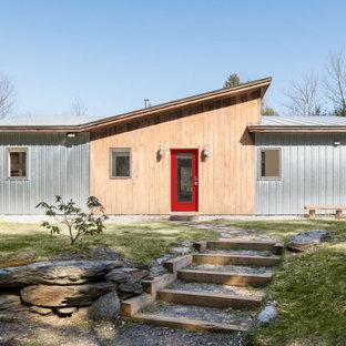 Идея дизайна: маленький, одноэтажный мини-дом в стиле лофт с облицовкой из металла, крышей-бабочкой и металлической крышей