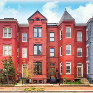 Diseño de fachada de casa pareada roja, clásica, de tamaño medio, de tres plantas, con revestimiento de ladrillo, tejado a dos aguas y tejado de teja de madera