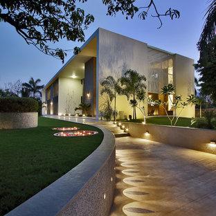 На фото: большой фасад дома в современном стиле с плоской крышей с