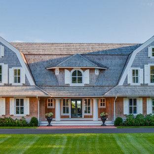 Идея дизайна: огромный, трехэтажный, деревянный частный загородный дом в морском стиле с мансардной крышей и крышей из гибкой черепицы