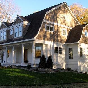 Idee per la facciata di una casa vittoriana a due piani di medie dimensioni con rivestimento in legno e tetto a mansarda