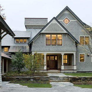 Diseño de fachada tradicional, de tres plantas, con revestimiento de madera y tejado a dos aguas