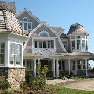 Ispirazione per la facciata di una casa ampia grigia vittoriana a tre piani con rivestimento in legno e tetto a padiglione