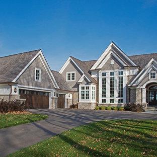 Inspiration för stora klassiska grå hus, med tre eller fler plan, blandad fasad, sadeltak och tak i shingel