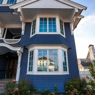 Diseño de fachada de casa azul, costera, grande, de dos plantas, con revestimiento de madera, tejado a dos aguas y tejado de teja de barro