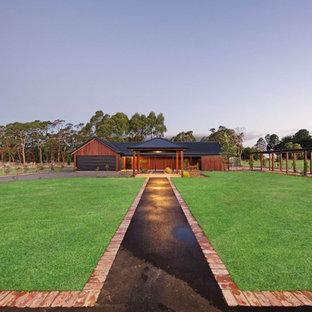 Diseño de fachada de casa marrón, bohemia, grande, de una planta, con revestimiento de madera, tejado a dos aguas y tejado de metal