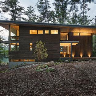 Источник вдохновения для домашнего уюта: трехэтажный, деревянный, коричневый частный загородный дом в стиле рустика для охотников