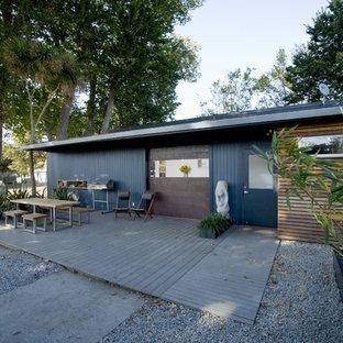 Неиссякаемый источник вдохновения для домашнего уюта: одноэтажный, синий дом в стиле лофт