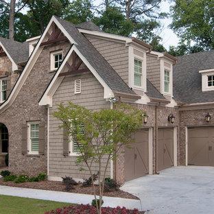 Foto della facciata di una casa beige classica a due piani con rivestimenti misti