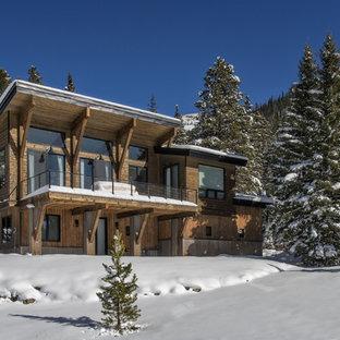 Aménagement d'une petit façade de maison marron éclectique à un étage avec un toit en appentis et un toit en shingle.