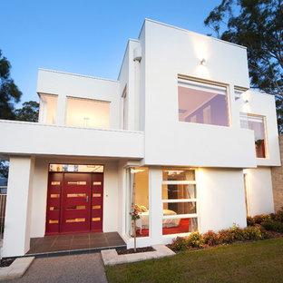 Foto de fachada blanca, minimalista, de dos plantas
