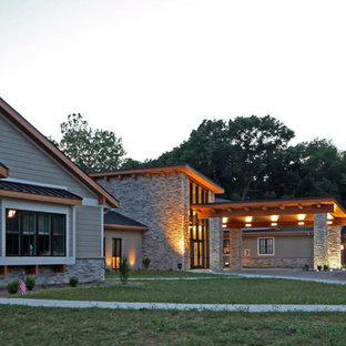 他の地域のコンテンポラリースタイルのおしゃれな家の外観 (混合材サイディング、グレーの外壁、片流れ屋根、アパート・マンション、板屋根) の写真