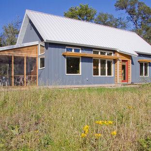Стильный дизайн: маленький, одноэтажный, серый дом в современном стиле с облицовкой из металла - последний тренд
